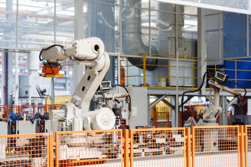 Eine moderne Maschine für die Produktion, diemittels KI gesteuert werden kann
